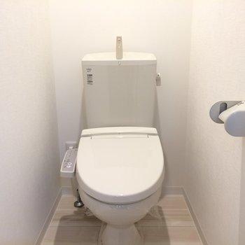 ウォシュレット付きのトイレ ※写真は1階の似た間取り別部屋です。