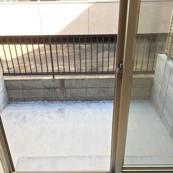 バルコニーはちょっとした庭のよう ※写真は1階の似た間取り別部屋です。