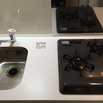 2口ガスコンロのシステムキッチン ※写真は1階の似た間取り別部屋です。
