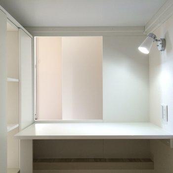 下は机が!!勉強スペース ※写真は1階の似た間取り別部屋です。