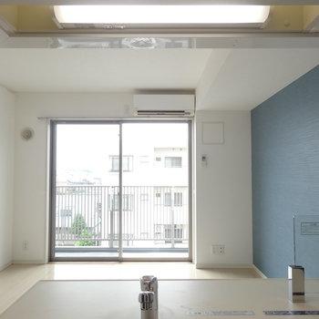 キッチンからの眺め。※写真は5階の反転間取り別部屋のものです