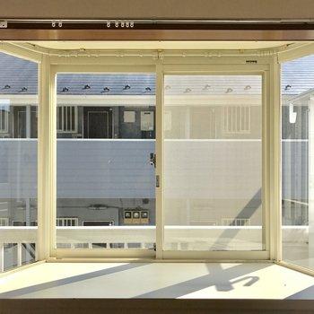この出窓!!!光もサンサン。小物を飾りたい。※写真は別棟2階の同間取り別部屋のものです