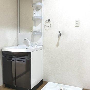 ぴかぴかの独立洗面台と洗濯機パンです!※写真は別棟2階の同間取り別部屋のものです