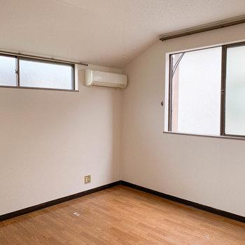 窓は2面あるので、明るめです。※写真はクリーニング前のものです