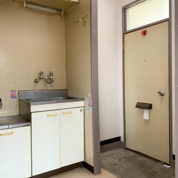 玄関前にキッチンがあります。※写真はクリーニング前のものです