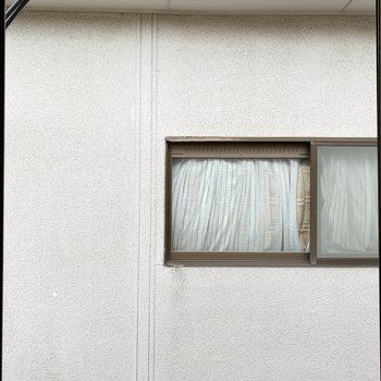 窓からの眺望は向かいのお家※写真はクリーニング前のものです