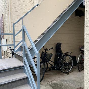 階段下に、自転車を置きます。