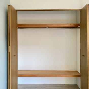 収納はワイド!上の棚には布団も入りそう。