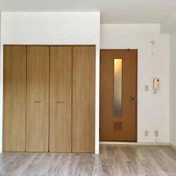 壁、ドア、床…色の組み合わせがステキ。