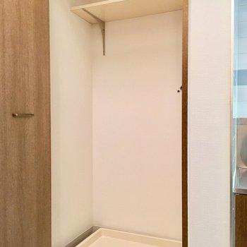 玄関横に洗濯機置き場。扉を閉めると生活感を隠せます。
