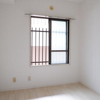 【洋室】こちらにも窓がついています。※写真は1階の同間取り別部屋のものです