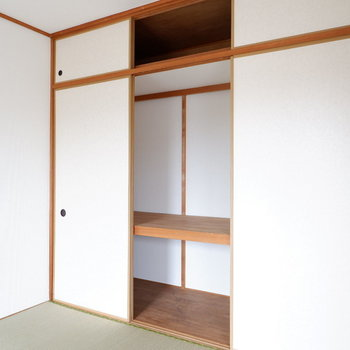 【和室】こちらにもたっぷりの収納が。※写真は1階の同間取り別部屋のものです