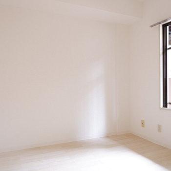 【洋室】こちらは作業部屋かな?※写真は1階の同間取り別部屋のものです