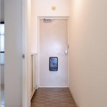 玄関靴脱ぐスペースも十分です。※写真は1階の同間取り別部屋のものです