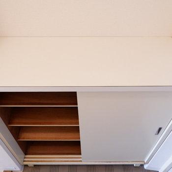 シューズボックス上にフレグランスなど置きましょう。※写真は1階の同間取り別部屋のものです