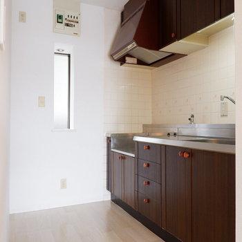 キッチンスペースゆったりですね。※写真は1階の同間取り別部屋のものです
