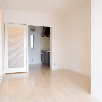 【LDK】白を基調とした爽やか空間◎※写真は1階の同間取り別部屋のものです