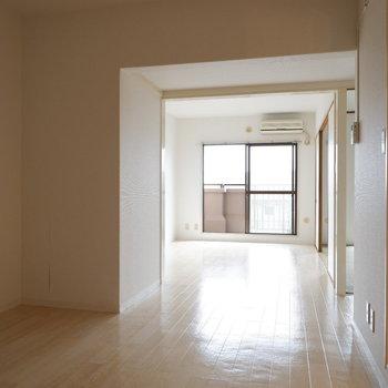 【LDK】光がダイニング側まで届きますね。※写真は1階の同間取り別部屋のものです