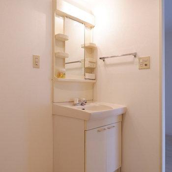 洗面台と洗濯機置場はこちらに。※写真は1階の同間取り別部屋のものです