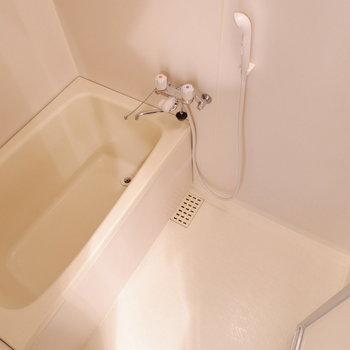 浴槽も程よいサイズ。※写真は1階の同間取り別部屋のものです