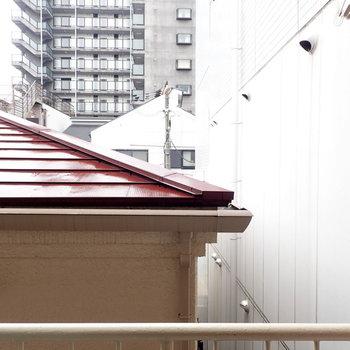 眺望は屋根と壁…左上は青空が見えますよ