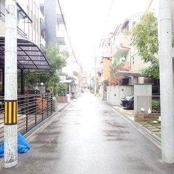 近くに大通りはありますが、基本的に住宅街の街並みです。