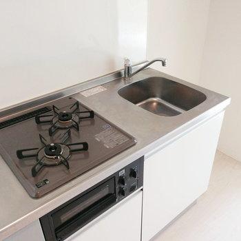 2口コンロ!調理スペースは捻出しないとですね。※写真はクリーニング前のものです