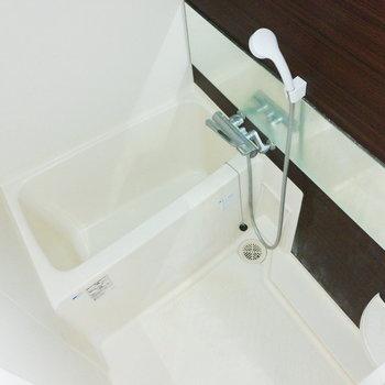 お風呂は少し狭めです。※写真はクリーニング前のものです