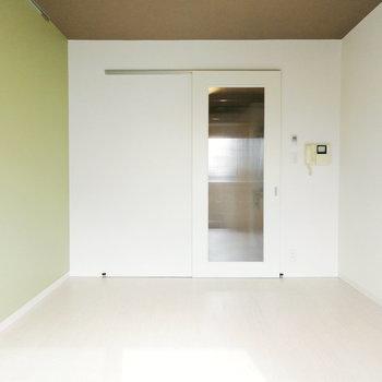 アクセントクロスが特徴のお部屋をご案内いたしましょう。※写真はクリーニング前のものです