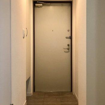 玄関へ ※写真はクリーニング前のものです。