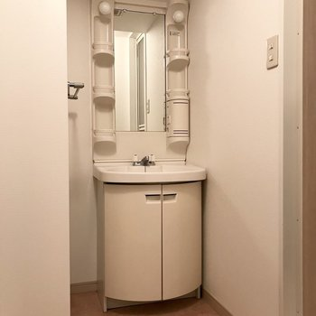 洗面台はちょっぴりレトロ。