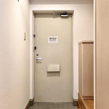 玄関はコンパクトかな。