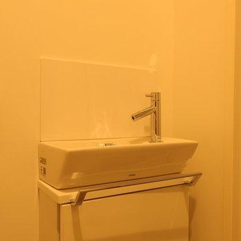 トイレにもちょこんと洗面台。