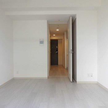 白を基調にしたデザイン。※写真は同間取り別部屋のものです。