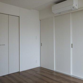 【寝室6.8帖】右手のドアを開けるとダイニングに繋がります。