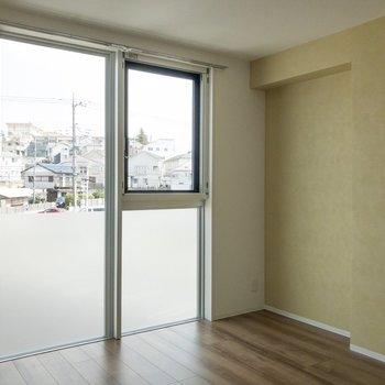 【寝室6.8帖】窓が大きくて開放的ですね。
