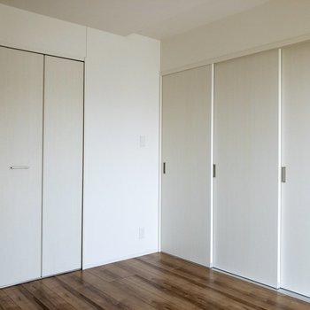 【寝室】右手のドアを開けるとダイニングに繋がります。