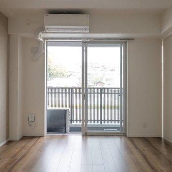 【DK】テレビは窓辺に置いても良さそうです。
