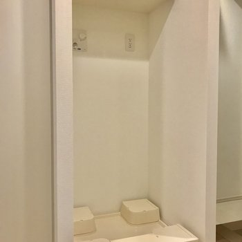 その隣にすっぽり洗濯機置場※写真は1階の反転間取り別部屋のものです