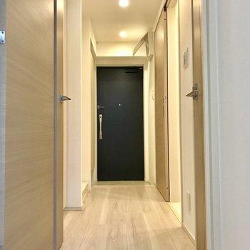 お次は、廊下の収納とサニタリーへ※写真は1階の反転間取り別部屋のものです