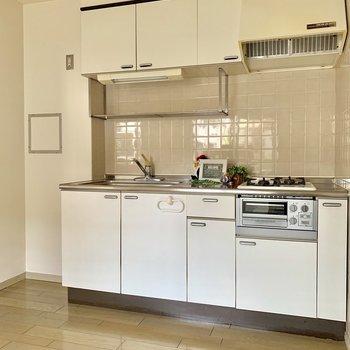 白色のシンプルなキッチン