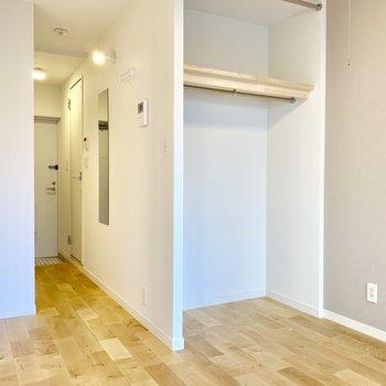 白い壁紙に無垢の床がはえますね〜!