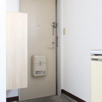 玄関にはシンプルなシューズボックスも完備されています。