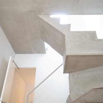 コンクリの階段が宙に浮く。※写真は前回募集時のものです