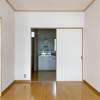 【洋室6帖】ベランダ側から見ると。古き良きな空間。