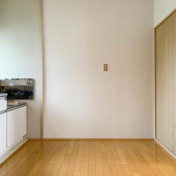 【キッチン】キッチン前にテーブル置けそうなスペースも。