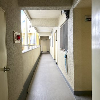 エレベーター降りて一番奥のお部屋です。
