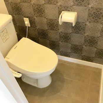 ウォシュレット付いてます。トイレは落ち着いた雰囲気♬