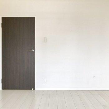こちらは洋室。シンプルなお部屋だから家具が置きやすい◎