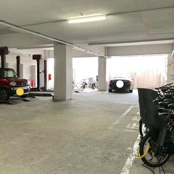 駐輪スペースは建物奥の1階に。